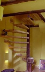 escalier en colimaçon carré avec marches suspendues